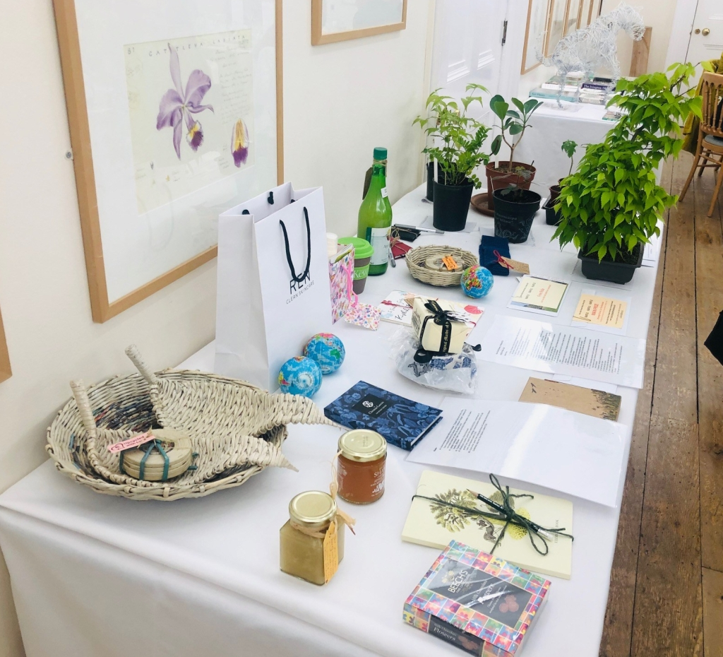 Students raffle prizes for the Kew Guild Annual Dinner 2019